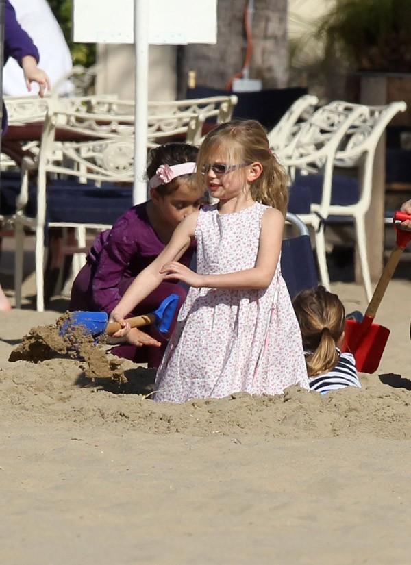 Violet s'amuse dans le sable ...