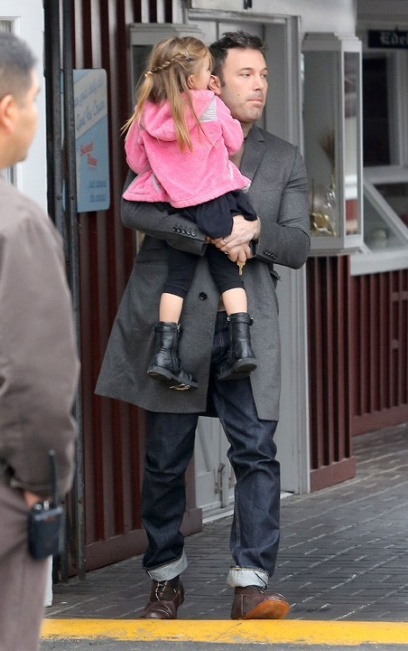 Ben Affleck avec Violetet Seraphina à Brentwood le 15 novembre 2012
