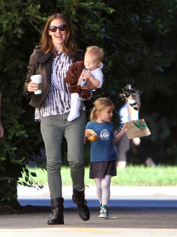 Jennifer Garner avec Samuel et Seraphina à Brentwood le 26 octobre 2012