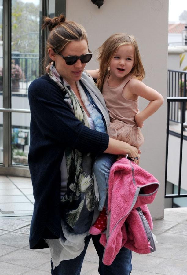 Jennifer Garner camoufle bien ses formes post-grossesse !