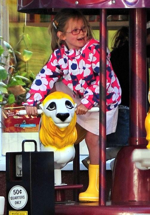 Difficile de louper Violet avec ses bottes jaunes !