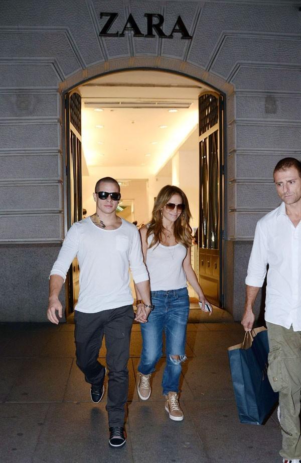 Casper Smart et Jennifer Lopez à la sortie d'un Zara de Madrid le 8 octobre 2012