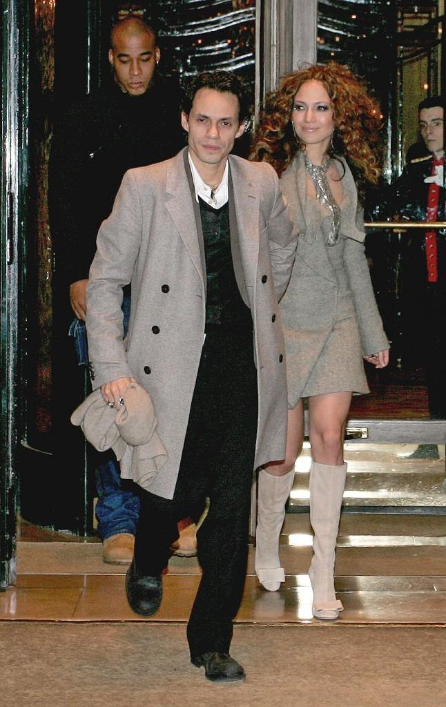 Jennifer Lopez et Marc Anthony sortant de l'hôtel Plaza Athénée à Paris, le 7 décembre 2004.