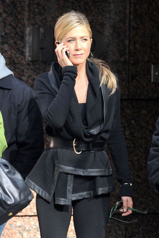 Jennifer Aniston, très sérieuse au téléphone !