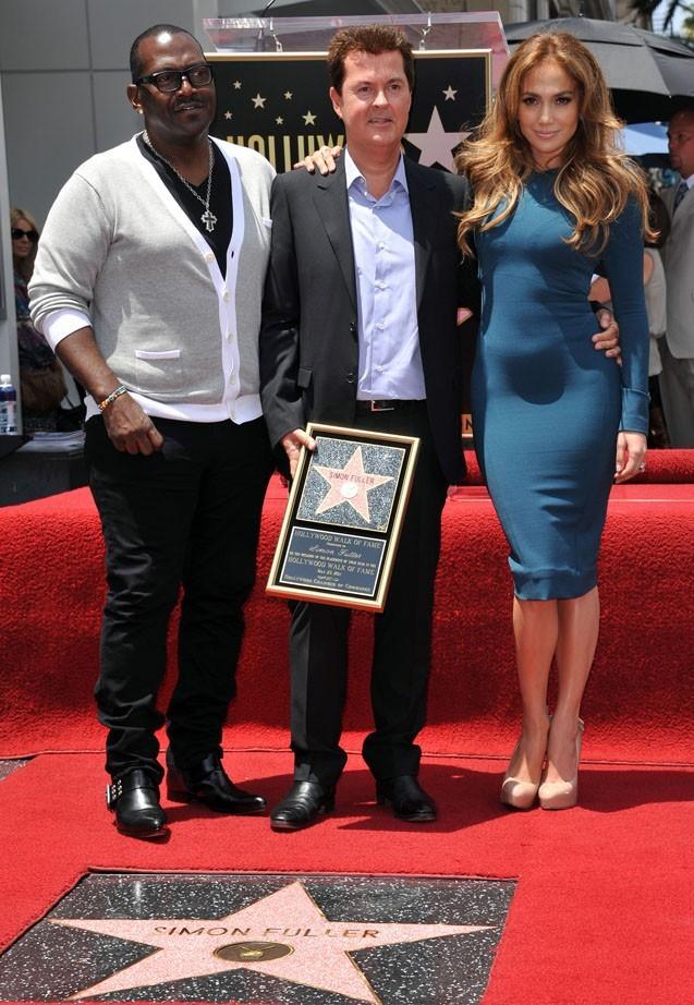 Jennifer Lopez pose avec le producteur Simon Fueller et Randy Jackson