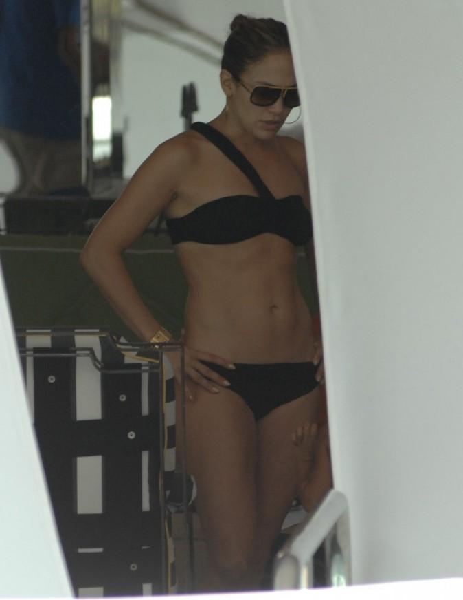 Photos : Jennifer Lopez révèle sa silhouette ferme et tonique dans un joli bikini noir !