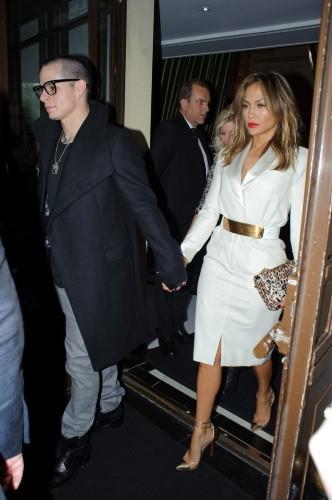 Jennifer Lopez et Casper Smart à la sortie de leur hôtel à Londres, le 30 mai 2013.