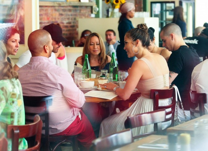 Jennifer Lopez et Casper Smart lors d'un déjeuner entre amis et en famille à New York, le 24 juillet 2012.