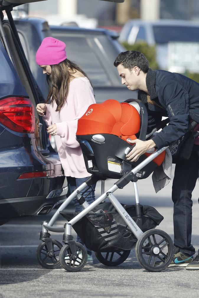 Jennifer Love Hewitt en compagnie de son deuxième enfant et de son mari