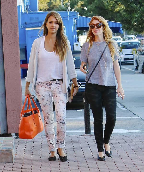 Jessica Alba en famille à West Hollywood le 22 septembre 2013
