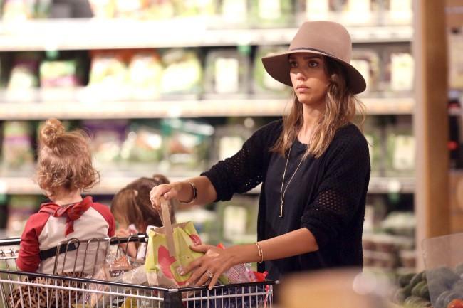 Jessica Alba, avec ses filles, fait ses courses à Beverly Hills, le 5 janvier 2014.