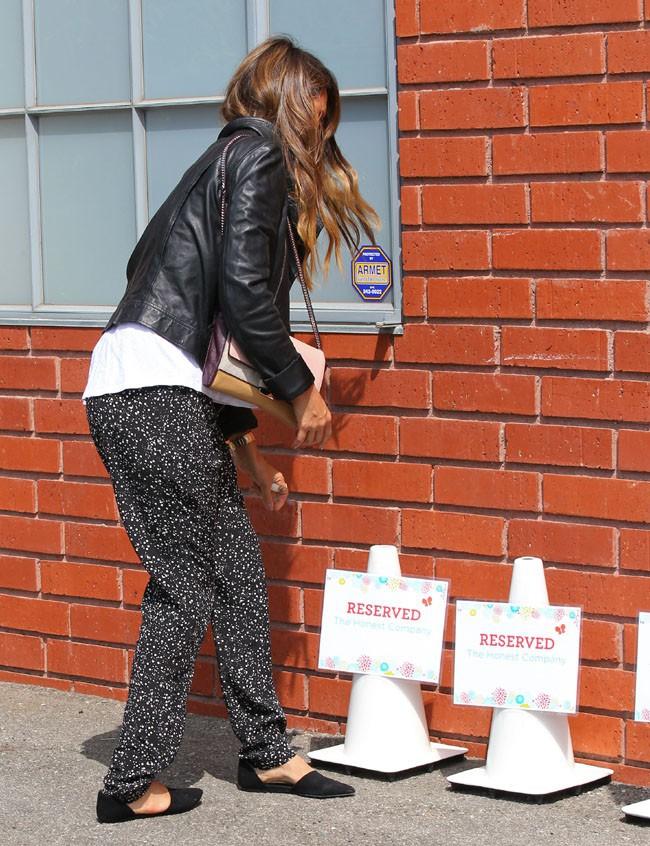 Jessica Alba sur le parking de ses bureaux à Santa Monica le 14 août 2013