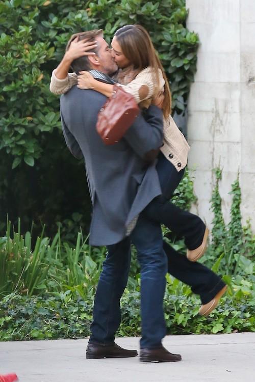 Photos : Jessica Alba : elle échange un baiser fougueux en pleine rue avec Pierce Brosnan !