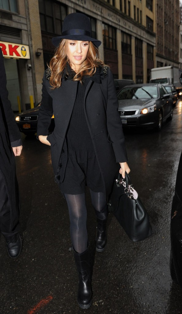 Jessica Alba en look total noir à New-York !