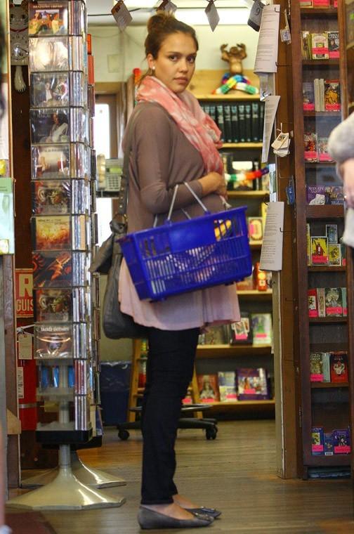 Jessica Alba faisant ses courses dans la librairie Bodhi Tree Bookstore !