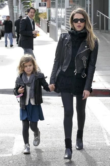 Jessica Alba et sa fille Honor à Beverly Hills, le 13 décembre 2012.