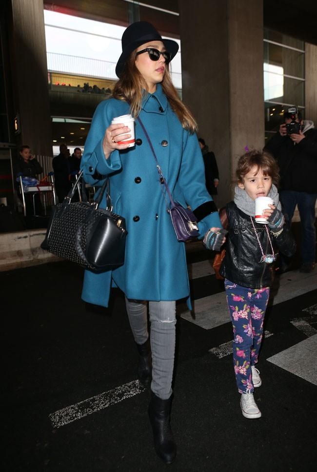 Jessica Alba et Honor Marie à l'aéroport Roissy Charles de Gaulle de Paris le 1er mars 2013