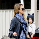 Jessica Alba en famille à Beverly Hills le 8 décembre 2012