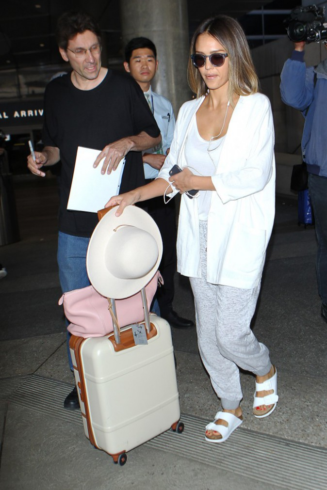 Photos : Jessica Alba : gros coup de fatigue pour son retour aux Etats-Unis !