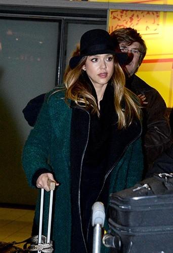 Jessica Alba à son arrivée à Paris le 20 janvier