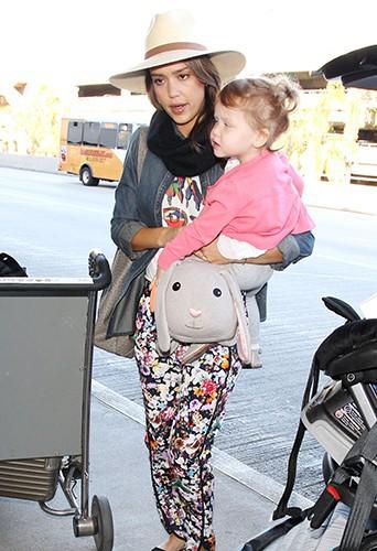 Jessica Alba en famille à Los Angeles le 27 décembre 2013