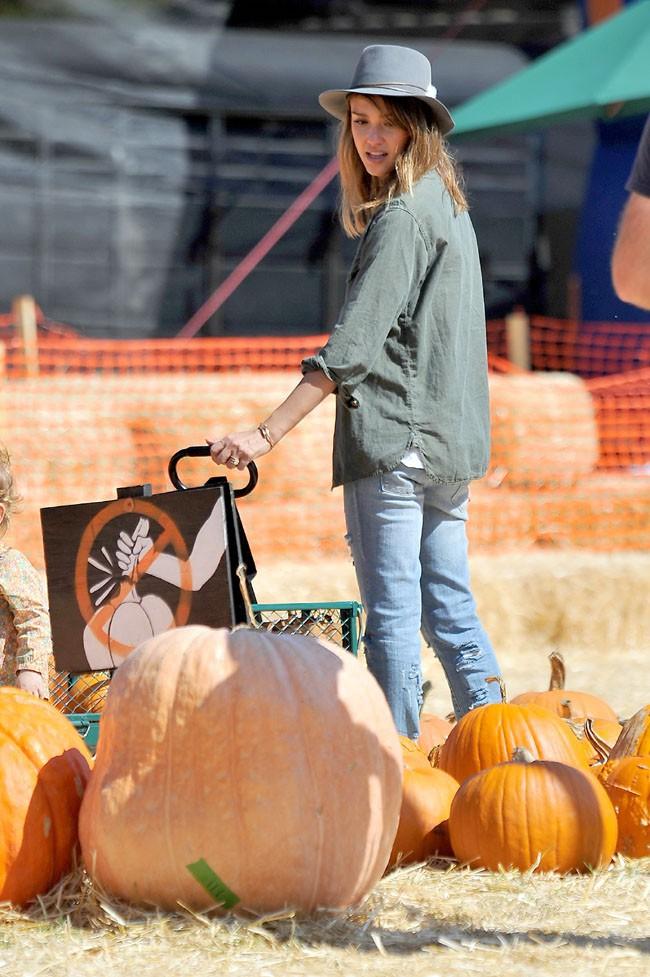 Jessica Alba chez Mr Bones Pumpkin Patch avec ses filles Honor et Haven le 12 octobre 2012
