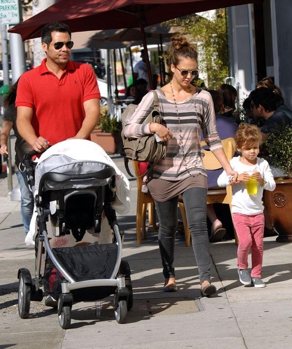 Toute la famille Alba-Warren en route pour le parc !