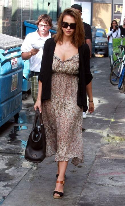 Jessica Alba sortant du salon de beauté Nail Design à Beverly Hills, le 21 septembre 2011.