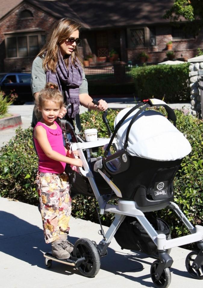 Quel système astucieux ! Regardez la petite fille roule avec la poussette !