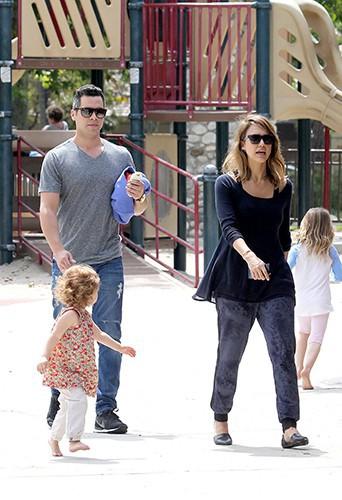 Jessica Alba en famille à Los Angeles le 29 mars 2014