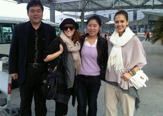 Avec les guides qui l'accompagnent durant son voyage !