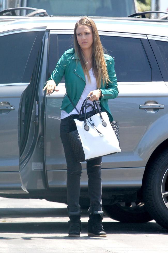 Jessica Alba en tournage à Los Angeles le 29 juillet 2013