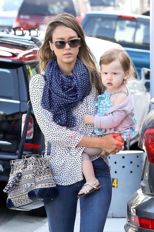 Jessica Alba avec Cash Warren et leur fille Haven à Beverly Hills le 28 mai 2013