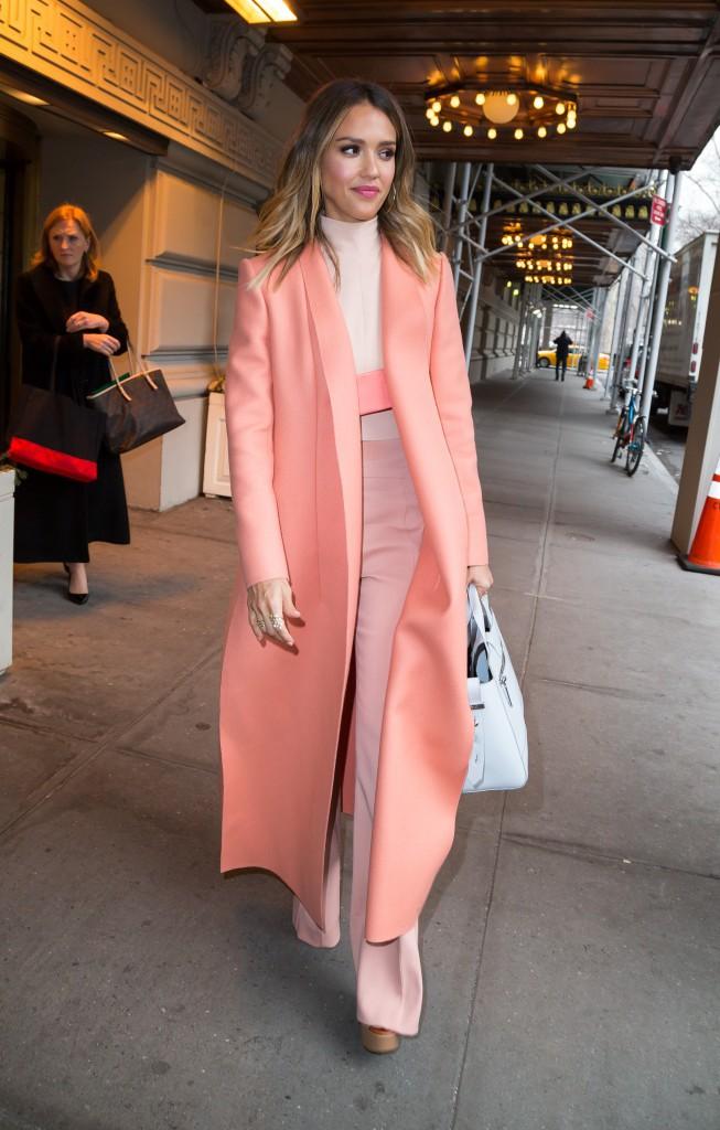 Photos : Jessica Alba : Rendez-vous pro ou virée shopping, elle ne lâche plus son manteau corail !
