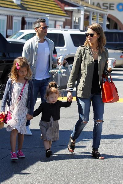 Jessica Alba en famille dans un parc de Beverly Hills, le 9 mars 2014.