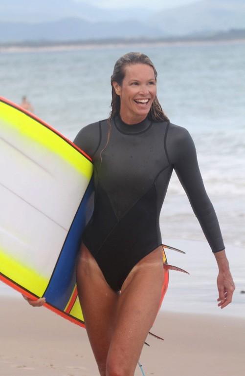 Elle McPherson et sa trace de maillot de trop en Australie