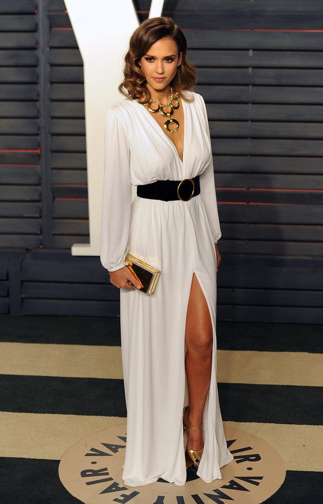Jessica Alba a opté pour une robe blanche à la Vanity Fair Oscar Party