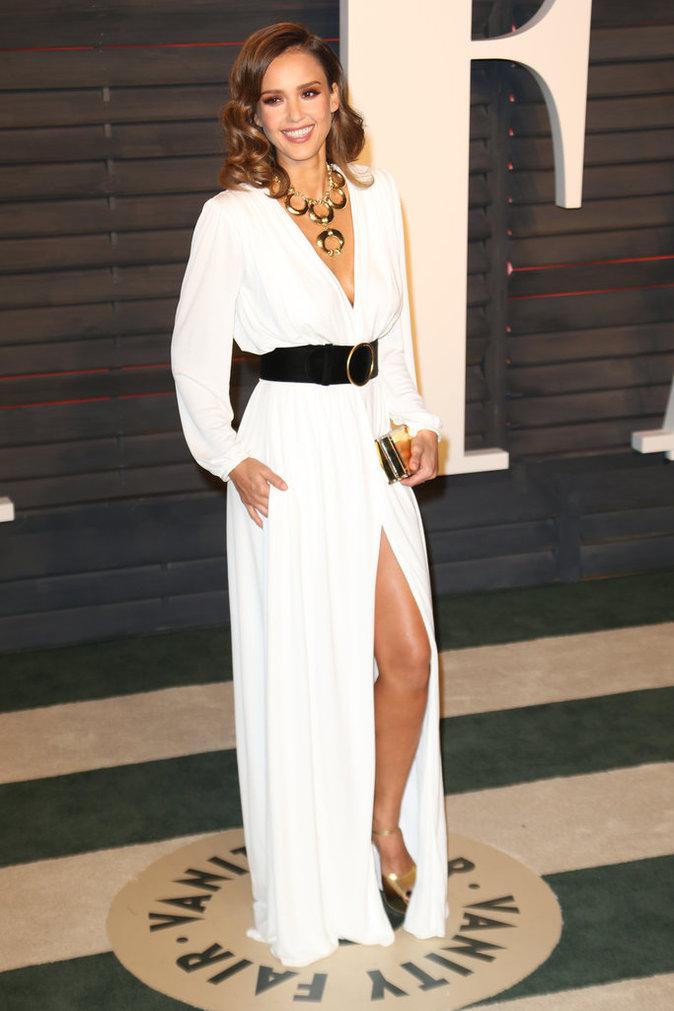 Jessica Alba, sexy chic en décolleté plongeant à la soirée Vanity Fair Oscar Party