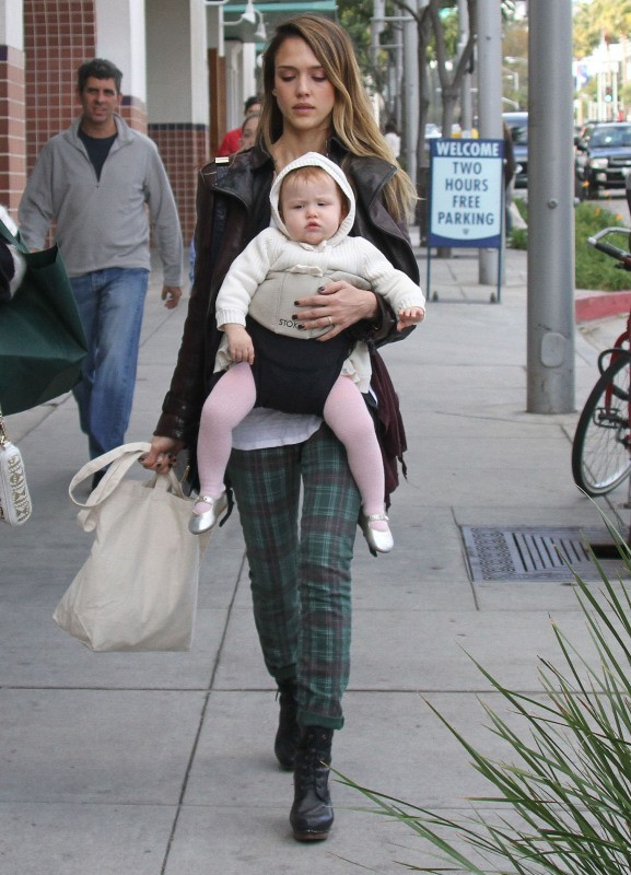 Jessica Alba et sa fille Haven à Beverly Hills, le 23 décembre 2012.