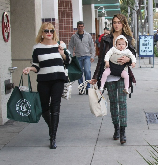 Jessica Alba, sa fille Haven et sa maman Catherine à Beverly Hills, le 23 décembre 2012.
