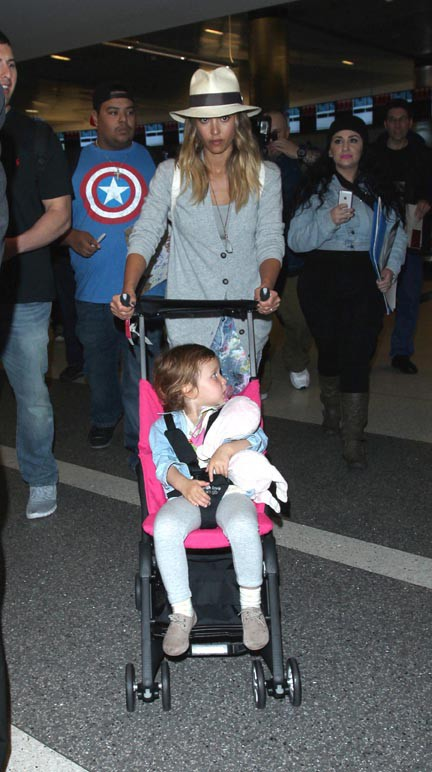 Jessica Alba à l'aéroport de LAX le 4 janvier 2015