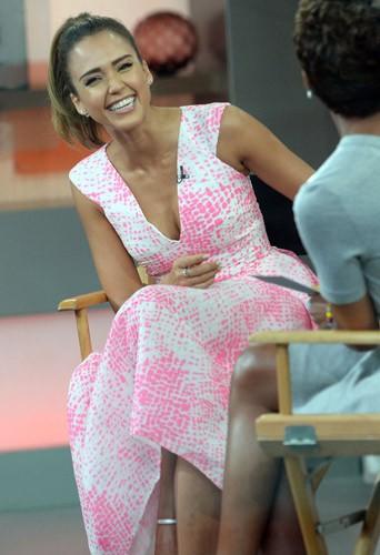 Jessica Alba sur le plateau de Good Morning America, le 12 août 2014