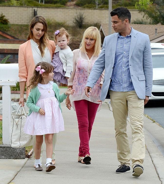 Jessica Alba et sa famille en pastel pour fêter Pâques à Santa Barbara le 31 mars 2013