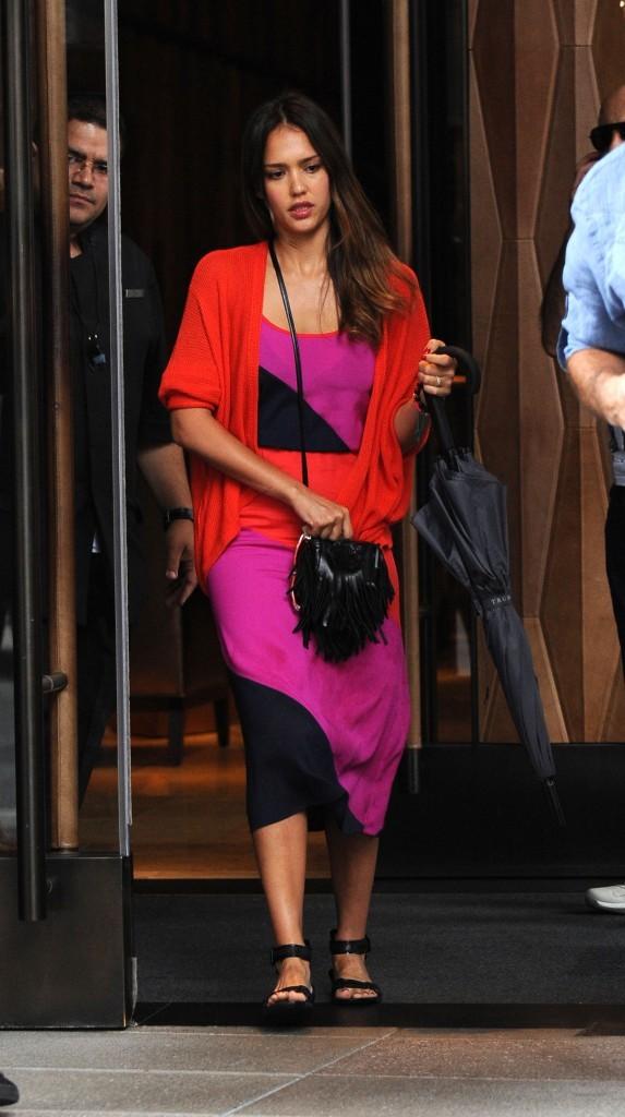 Jessica Alba à la sortie de son hôtel new-yorkais