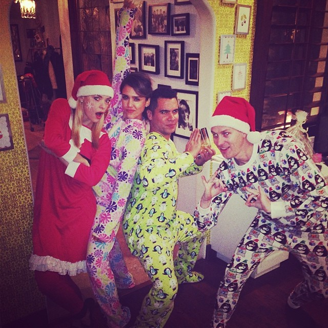 Jaime King, Jessica Alba, Cash Warren et Kyle Newman lors du réveillon de Noël, le 24 décembre 2013.
