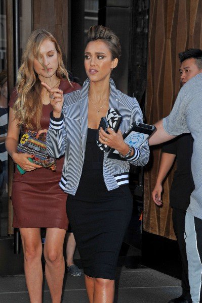 Jessica Alba et sa cousine se rendent au défilé Diane Von Furstenberg à New York, le 8 septembre 2013.
