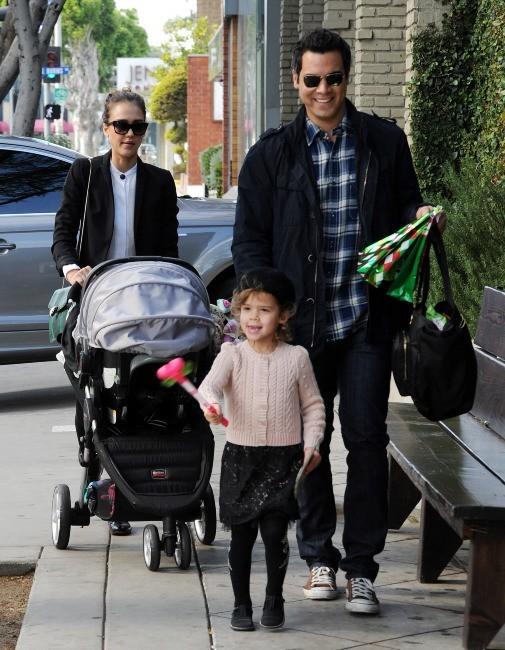 Jessica Alba en famille à Los Angeles, le 18 décembre 2011.