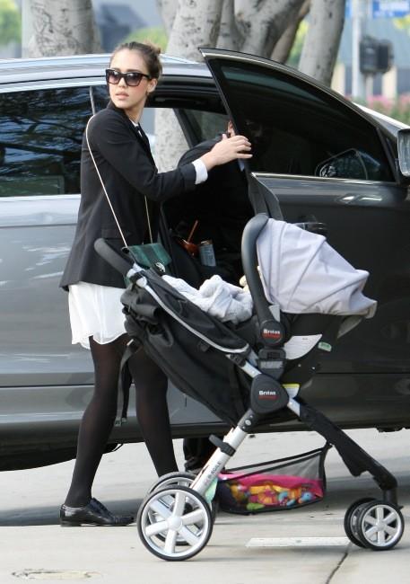 Jessica Alba et sa fille Haven à Los Angeles, le 18 décembre 2011.