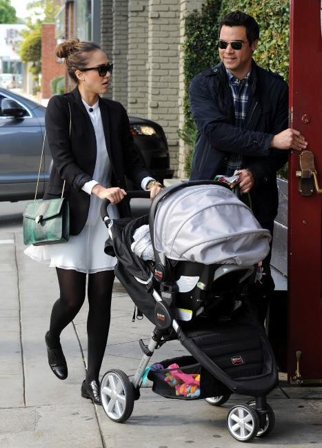 Jessica Alba , son mari Cash Warren, et ses deux filles Honor et Haven à Los Angeles, le 18 décembre 2011.