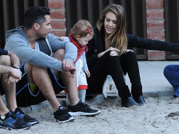 Jessica Alba en famille dans un parc de Beverly Hills le 16 février 2013